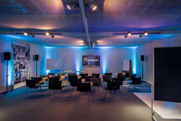 Konferenztechnik von Rheinland Akustik in einem Konferenzraum